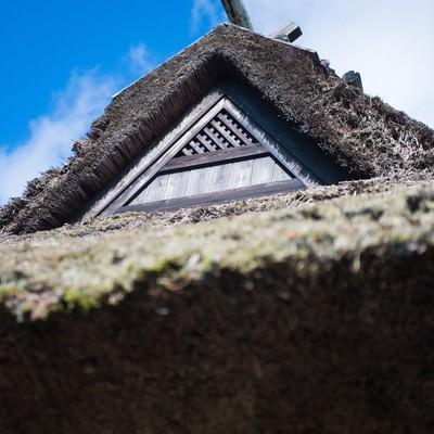 「茅葺屋根と青空」の写真素材