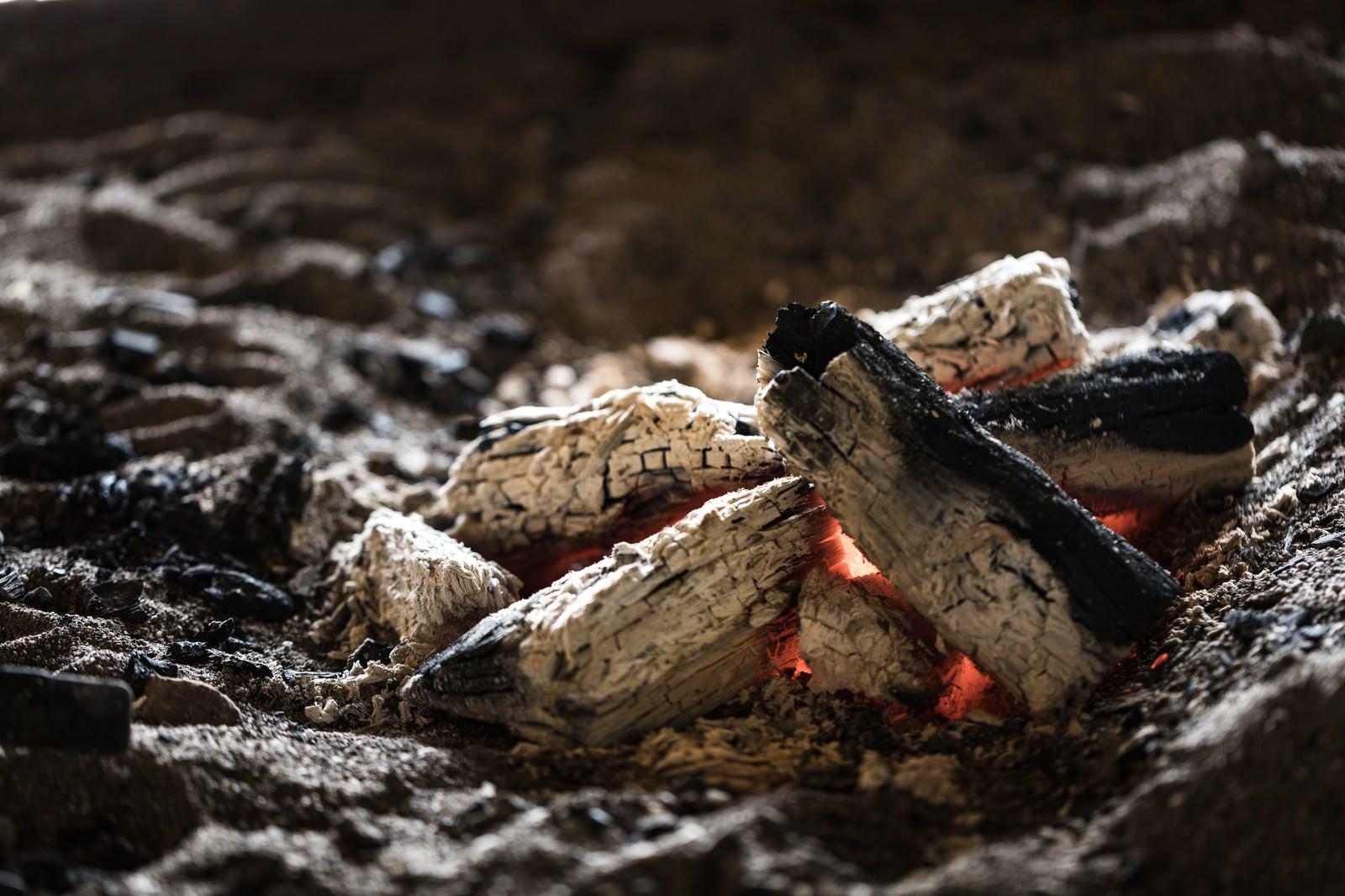 「趣ある炭火が揺れる囲炉裏」の写真