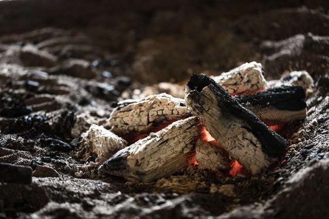 趣ある炭火が揺れる囲炉裏の写真