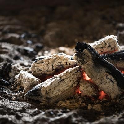「趣ある炭火が揺れる囲炉裏」の写真素材