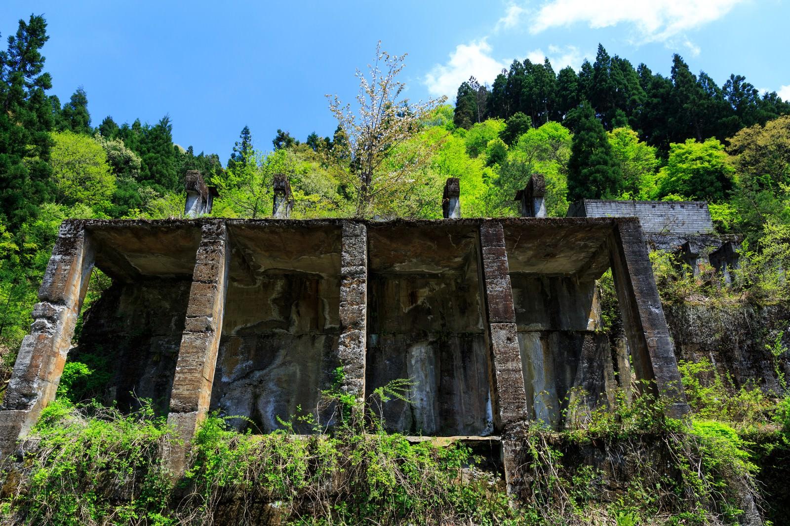「今にも崩れそうな土倉鉱山跡今にも崩れそうな土倉鉱山跡」のフリー写真素材を拡大