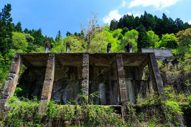 今にも崩れそうな土倉鉱山跡の写真