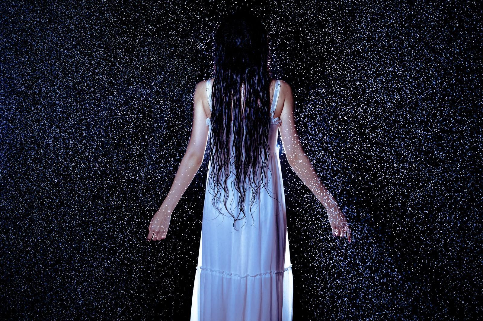 「雨に打たれる女性」の写真[モデル:緋真煉]