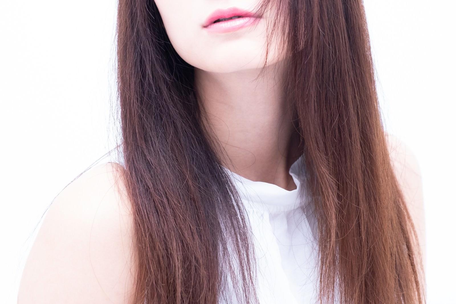 「女性の口元とロングヘア女性の口元とロングヘア」のフリー写真素材を拡大