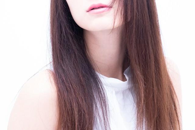 女性の口元とロングヘアの写真