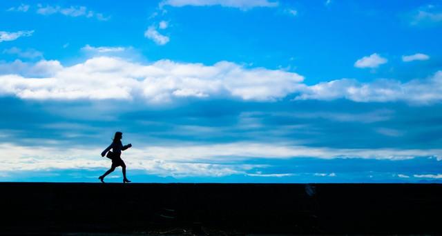 「足で稼ぐ女性営業マン」のフリー写真素材