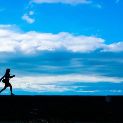 「足で稼ぐ女性営業マン」の写真素材