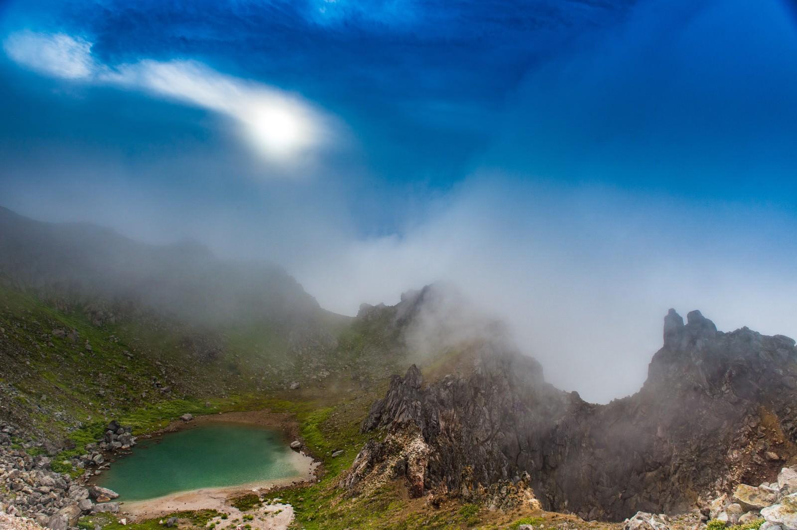 「日暈と焼岳山頂の爆裂火口」の写真
