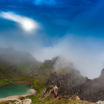 「日暈と焼岳山頂の爆裂火口」の写真素材