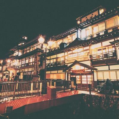 幻想的なガス灯のともる銀山温泉の旅館の写真