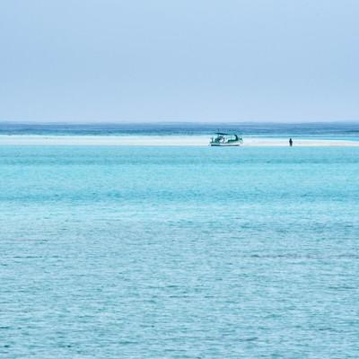 干潮時だけに姿を現す幻の浜辺に上陸する船の写真
