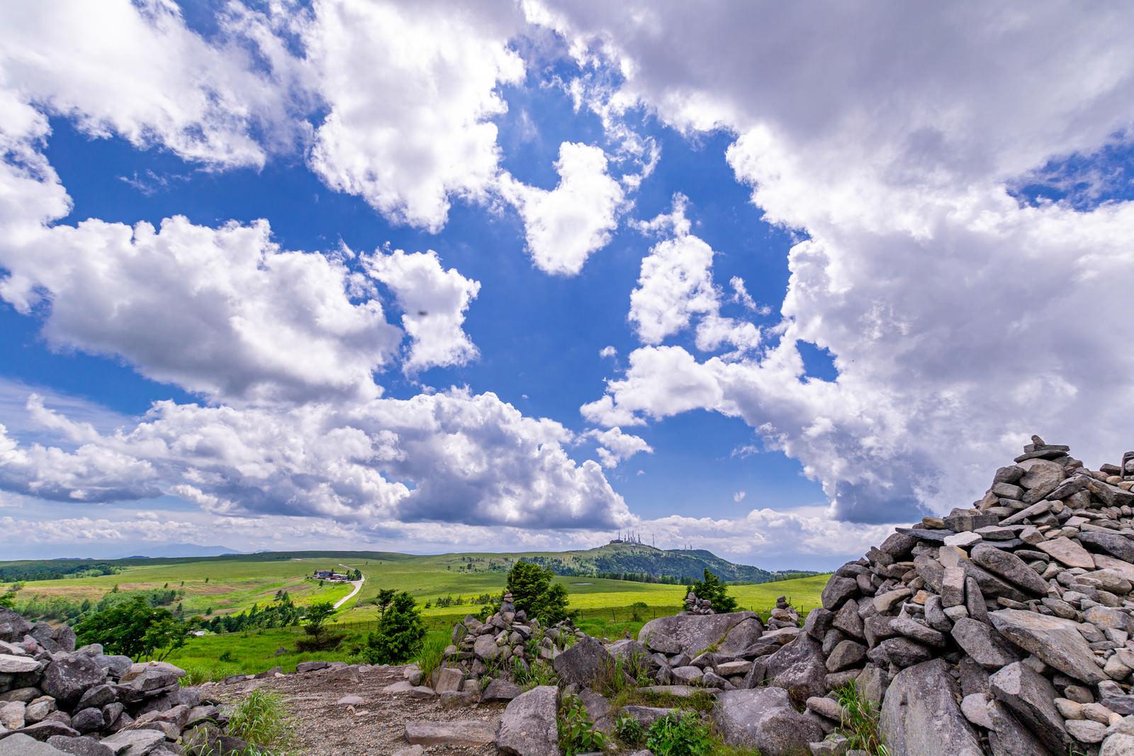 「登山道脇のケルン(美ヶ原)」の写真