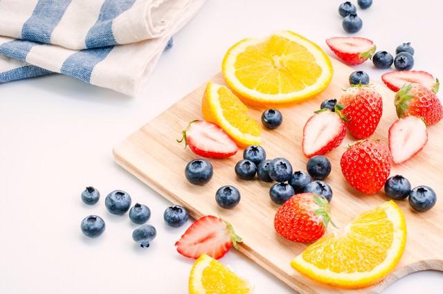 苺やレモンなどのカットフルーツの写真