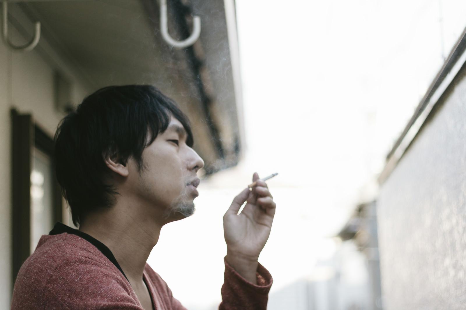 「肩身がせまい喫煙者」の写真[モデル:大川竜弥]