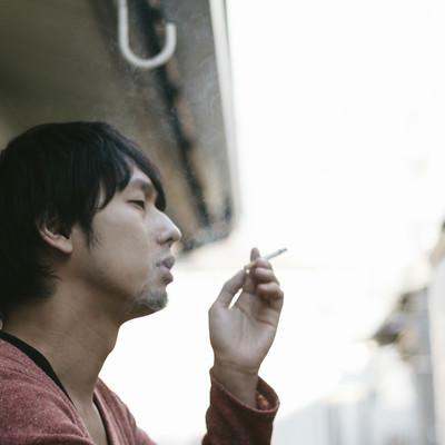 「肩身がせまい喫煙者」の写真素材