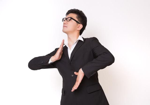 不思議な踊りをはじめたスーツ姿の眼鏡男子の写真