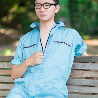 「作業着の男性がジーッ」の写真素材