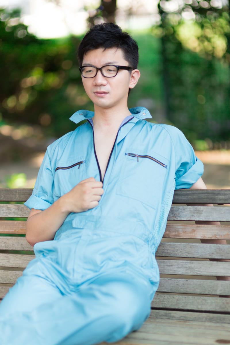 「作業着の男性がジーッ」の写真[モデル:OZPA]