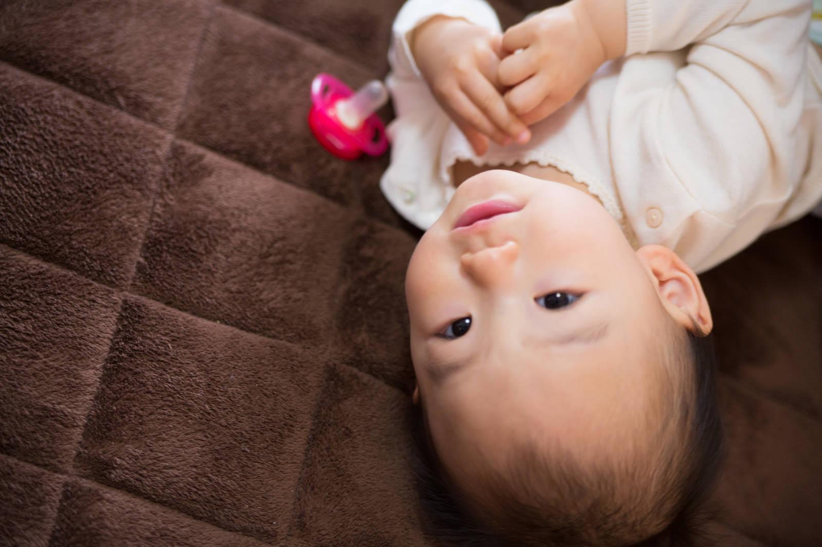 「おしゃぶりよりもカメラ目線の赤ちゃん」の写真[モデル:あんじゅ]