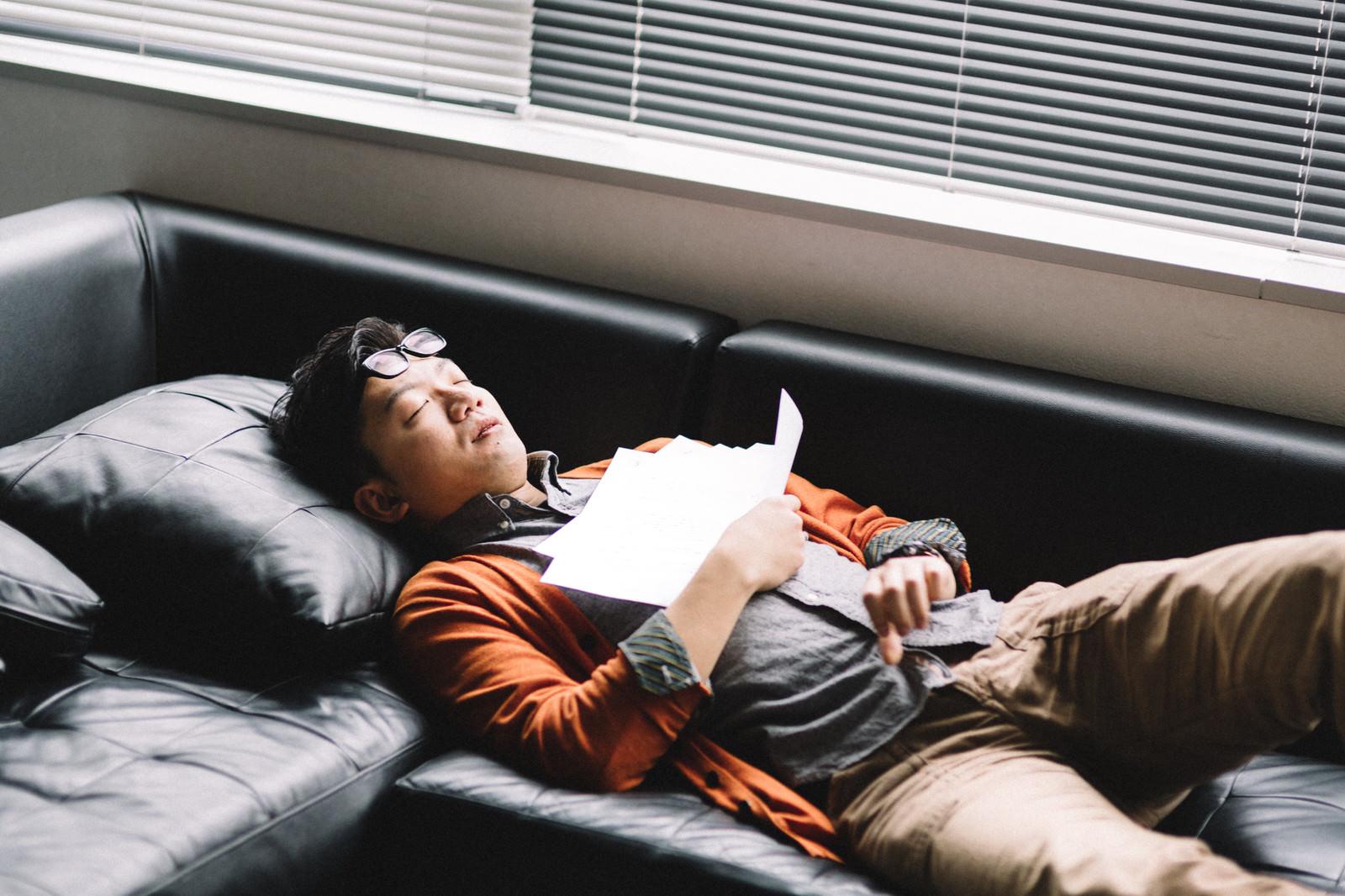 「ソファの上で死んだように眠る社畜ソファの上で死んだように眠る社畜」[モデル:ozpa]のフリー写真素材を拡大