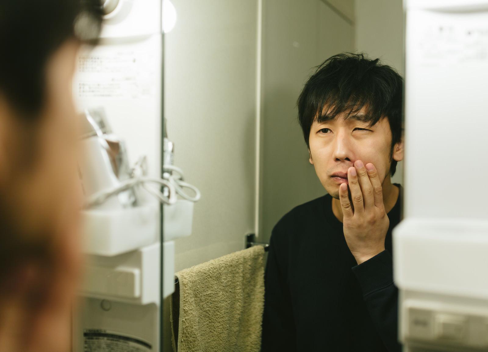 「カミソリ負けに悩む敏感肌の男性カミソリ負けに悩む敏感肌の男性」[モデル:大川竜弥]のフリー写真素材を拡大