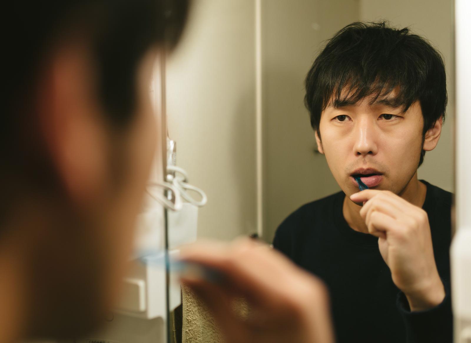 「知覚過敏が気になる男性」の写真[モデル:大川竜弥]