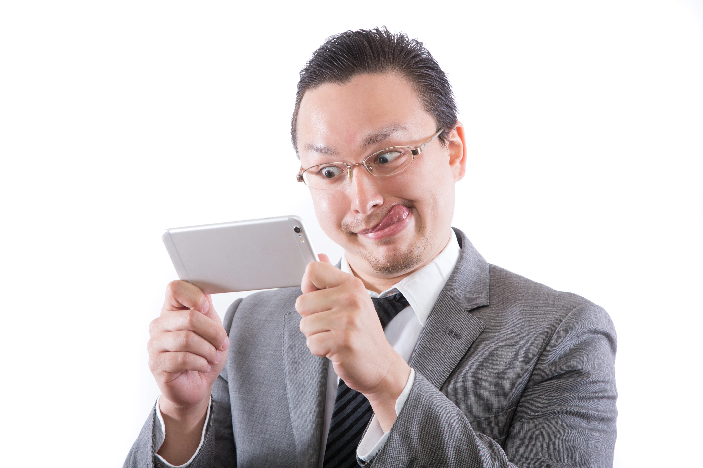 業務中にお宝動画を見て、鼻息が荒くなる外国人 [モデル:Max_Ezaki]