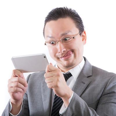 「業務中にお宝動画を見て、鼻息が荒くなる外国人」の写真素材