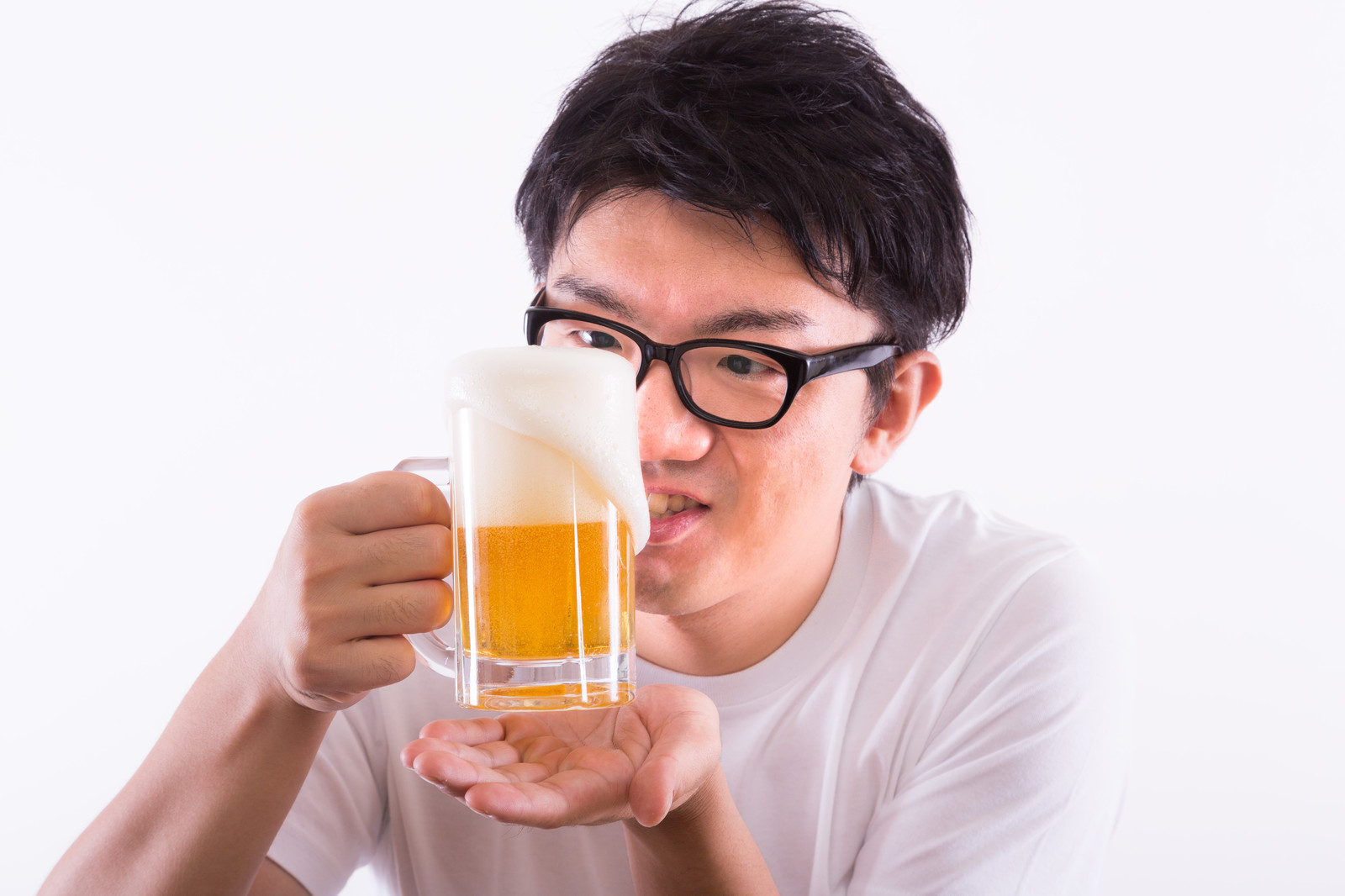 「泡が溢れる生ビール」の写真[モデル:OZPA]