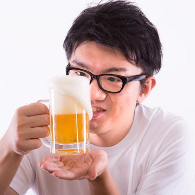 泡が溢れる生ビールの写真