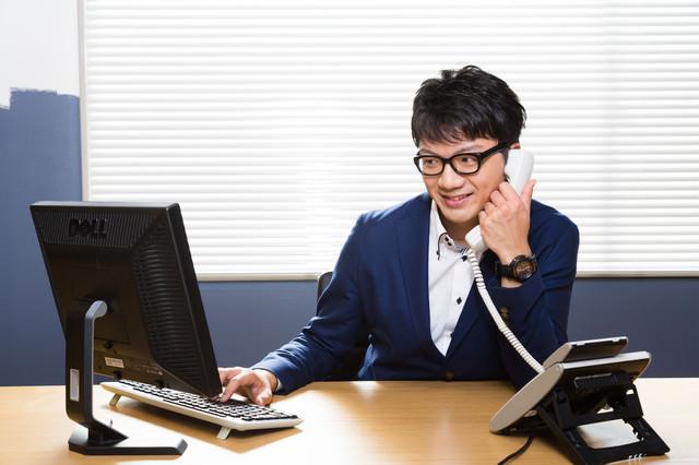 電話応対する若い営業の写真