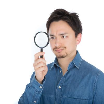 「怪しい箇所をチェックするエンジニア」の写真素材