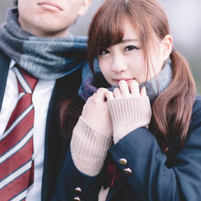彼のマフラーで暖まるJKカップルの写真