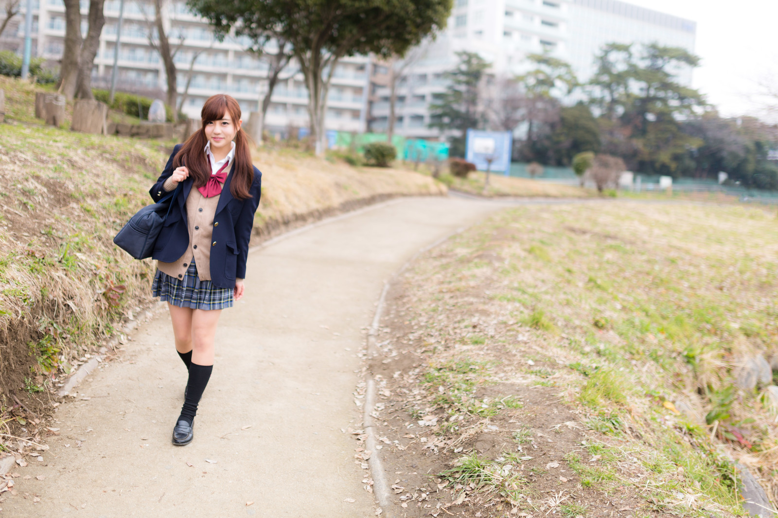「下校中の女子高生」の写真[モデル:河村友歌]