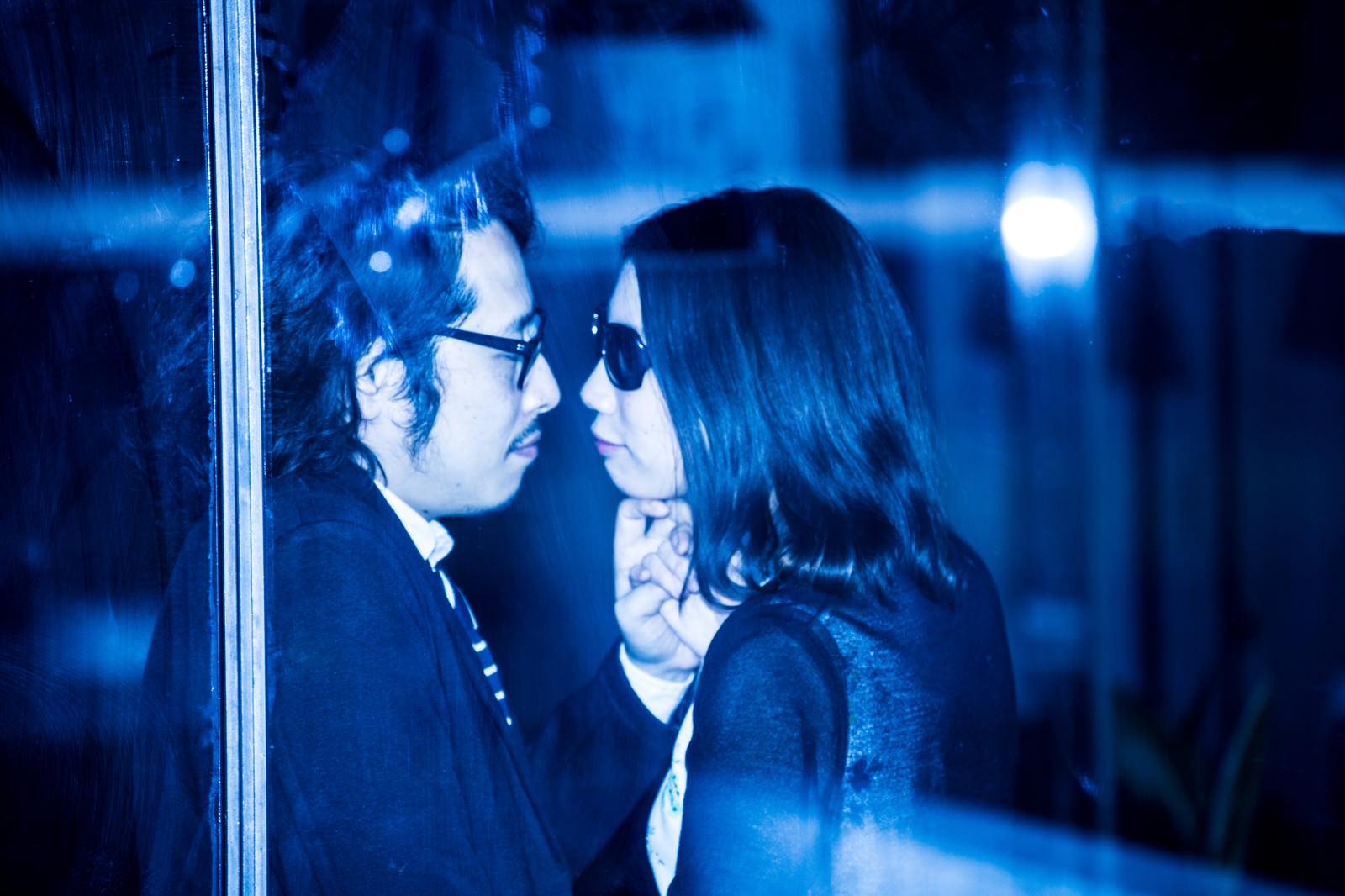 「結婚間近のふたりの熱愛現場撮った!結婚間近のふたりの熱愛現場撮った!」[モデル:ゆうせい]のフリー写真素材を拡大