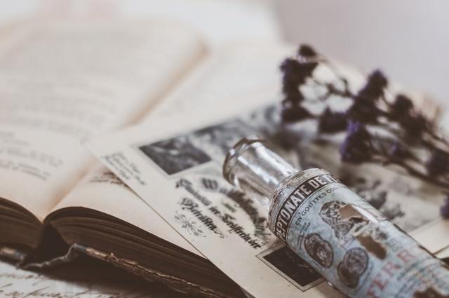 古い瓶と洋書の写真