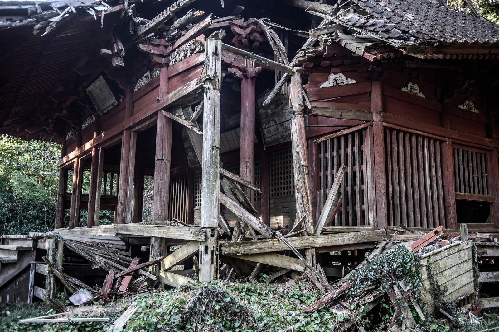 「崩れかかっている寺」の写真