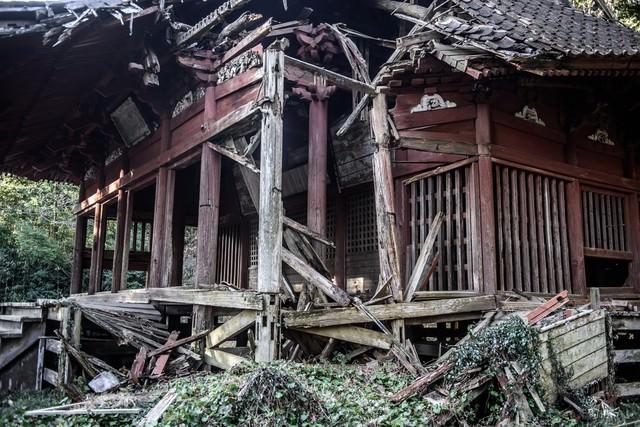 崩れかかっている寺の写真