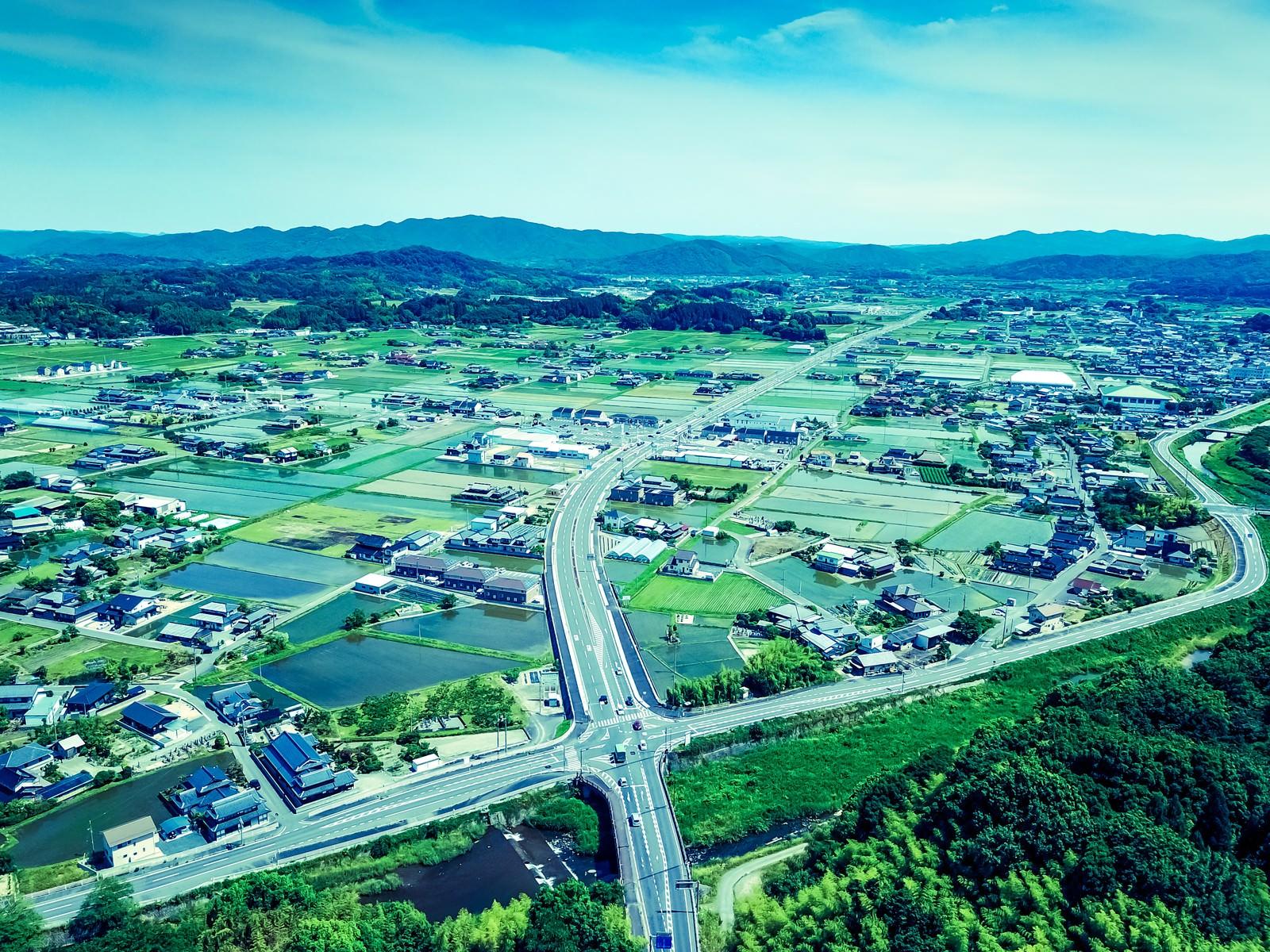「山林に覆われる岡山県鏡野町の都会部分」の写真