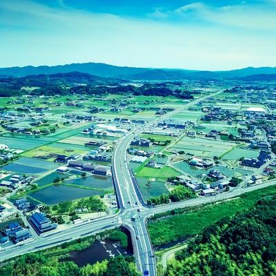 「山林に覆われる岡山県鏡野町の都会部分」の写真素材