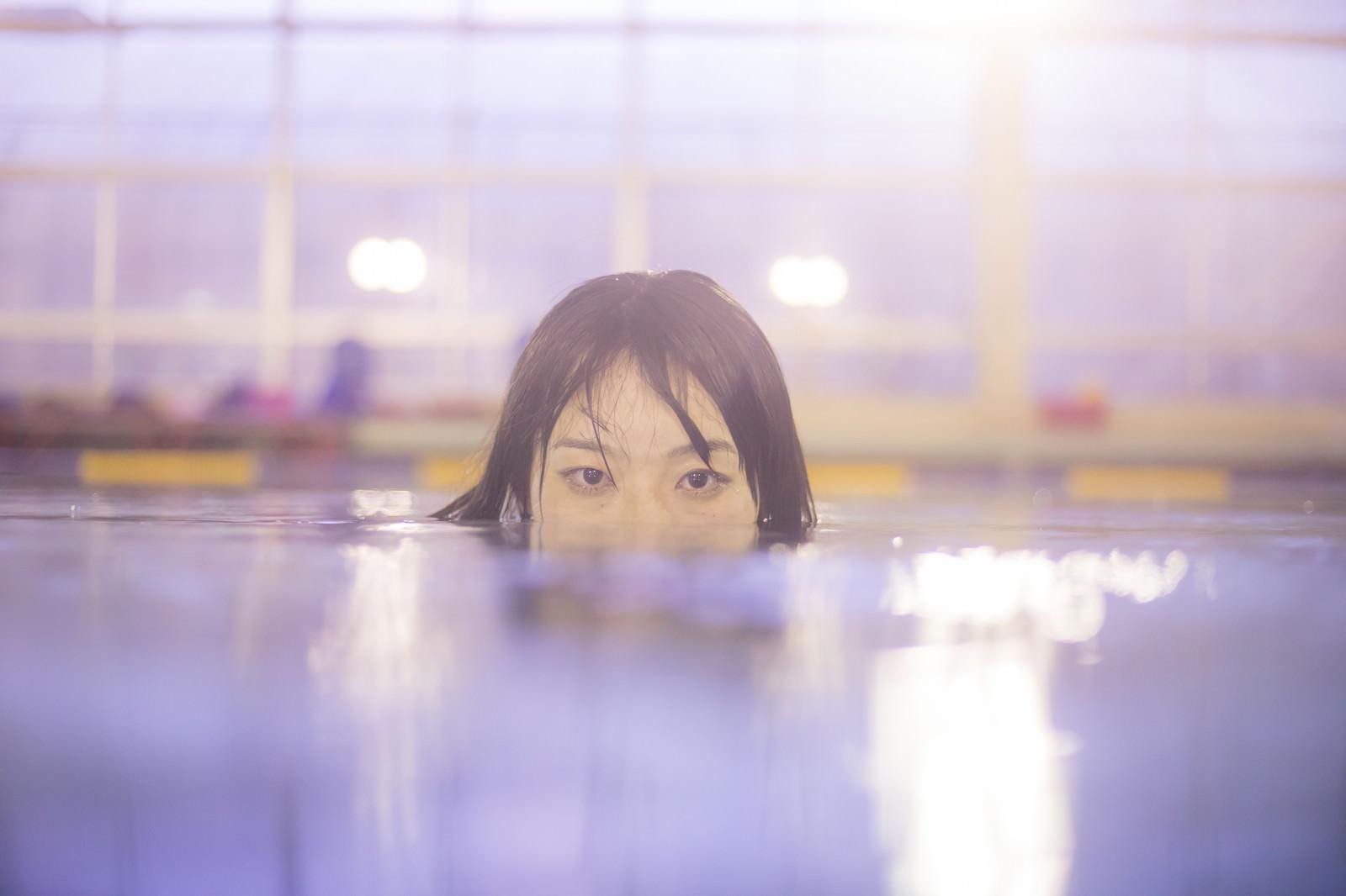 「女性の身長では、足が届かない深さのプールと言われて」の写真[モデル:たけべともこ]