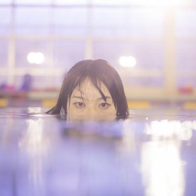 「女性の身長では、足が届かない深さのプールと言われて」の写真素材
