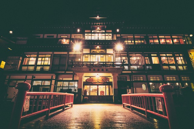 大正ロマン感じる銀山温泉の旅館の写真