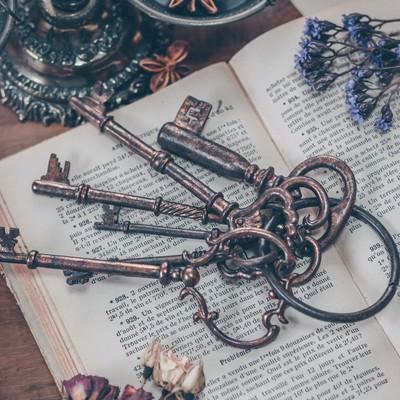 古書と古い鍵の写真