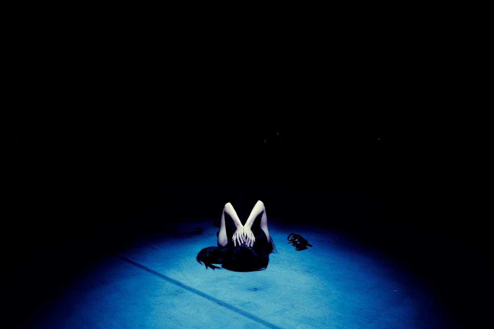 「絶望の淵に追い詰められる女性」の写真[モデル:緋真煉]