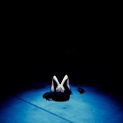 「絶望の淵に追い詰められる女性」の写真素材
