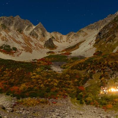 「星がまたたく紅葉シーズンの涸沢カールの夜」の写真素材