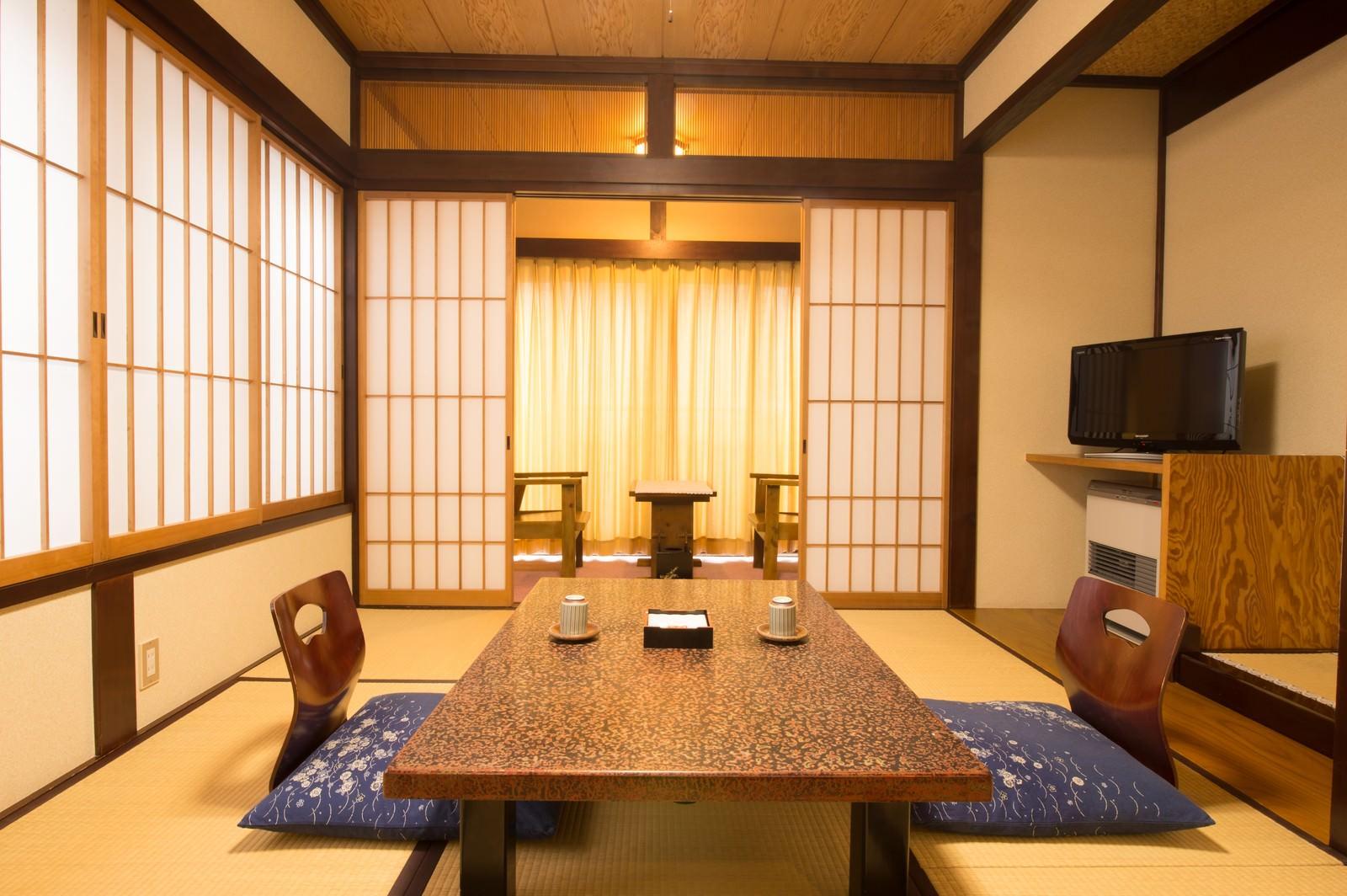 「落ち着いた佇まいの和室の客室(お宿栄太郎) | 写真の無料素材・フリー素材 - ぱくたそ」の写真
