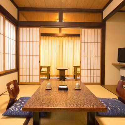 「落ち着いた佇まいの和室の客室(お宿栄太郎)」の写真素材