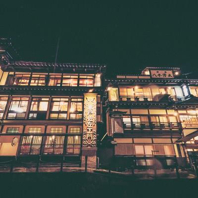 ノスタルジックな銀山温泉の夜景の写真